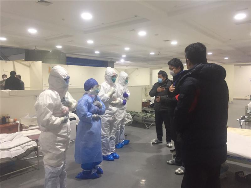 【一线传真】红河州第一人民医院驰援湖北医疗队队员教患者做呼吸操玩游戏